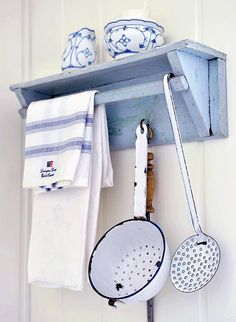 pretty blue and white vintage kitchen enamel and wooden shelf - prettily accessorised with fresh blue and white linen cloth Shabby Chic Kitchen, Shabby Chic Style, Shabby Chic Decor, Vintage Kitchen, Kitchen Decor, Kitchen Design, Kitchen Ideas, Nice Kitchen, Kitchen Rustic