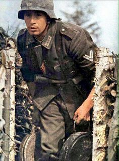 German soldier in Eastern Front Ww2 Uniforms, German Uniforms, German Soldiers Ww2, German Army, Germany Ww2, Foto Real, History Photos, Panzer, Costumes