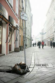 A Jurubeba Cultural:   ● A Arte... As esculturas urbanas. (Criação: Manhole ,Bratislava.  Eslováquia).
