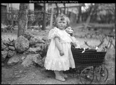 simone et son poupon en 1905 Girls Dresses, Flower Girl Dresses, Wedding Dresses, Flowers, Fashion, Baby Sister, Flowergirl Dress, Photography, Dresses Of Girls