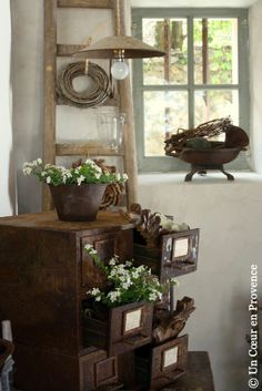 Great rustic accent pieces . . .would look great in a cabin . . We <3 Home Design