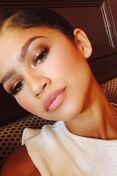 Zendaya shows us how to perfectly use the neutral palette on our makeup set