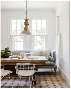 Search for farmhouse table designs and dining room tables now. this dining room decor dining room ideas dining room dining room table dining room table centerpiece ideas dining rooms dining room design is the perfect addition to any dining table space. Settee Dining, Dining Nook, Dining Room Design, Couch Dining Table, Design Table, Patio Dining, Table Designs, Dining Sets, Round Dining