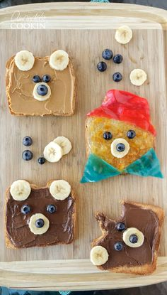 Kids will swoon over this Paddington inspired bear toast, and they will love helping make it as well! Can you think of a better way to eat your toast in the morning? Paddington 2 is in theaters January 12 - don't miss it! Paddington Bear Party, Teddy Bear Party, Teddy Bear Birthday, Teddy Bears Picnic Party, Best Teddy Bear, Teddy Bear Crafts, Picnic Birthday, Bear Cakes, Kid Friendly Meals