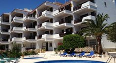 Aparthotel Niu d´Aus Portopetro Aparthotel Niu d´Aus on the south-east coast of Mallorca is just 500 metres from the beach and has free Wi-Fi in public areas. Many of the air-conditioned apartments have sea views.
