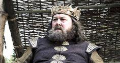 1st season (1ª temporada) robert-baratheon- Cersei fez com que o escudeiro desse a Robert um vinho muito forte, que o levou a ficar muito bêbado e acabou por ser atacado pelo javali e mortalmente ferido.