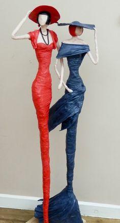 sculpture papier maché, modèles robes de soirée en bleu et rouge, decoration chambre a coucher femme