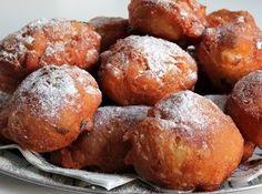 Het originele recept voor de traditionele Nederlandse oliebollen met rozijnen en appel die lekker zijn op elk moment van de dag! Overheerlijke oliebollen om te eten samen met familie of vrienden.