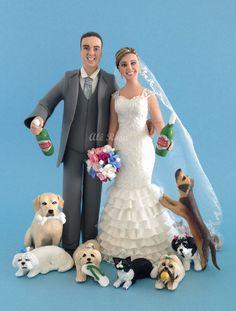 Noivinhos personalizados com carateristicas reais, casal segurando garrafas de cerveja e animais de estimação juntos com o casal. #noivinho #topodebolo #topcake