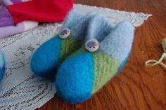 Vi har jo lovet en tutorial (oppskrift) på UGG luggene til gjengen på sykroken. Monteringen av tøflene er nok det vanskeligste med hele mø... Slipper Socks, Slippers, Uggs, Knit Crochet, Coin Purse, Kids Rugs, Purses, Christmas Ornaments, Knitting