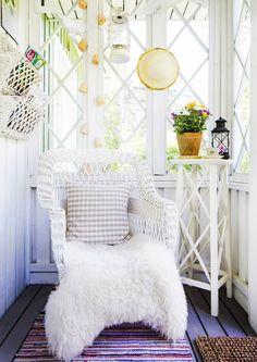 Sisusta veranta leppoisaksi oleskelutilaksi. Katso Unelmien Talo&Kodin kymmenen vinkkiä.