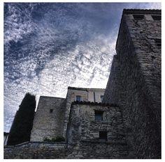Un point de vue inhabituel de la Bastide de Gordes ! #Provence #Gordes #Bastide Provence, Spa Luxe, Point, Aix En Provence