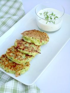 courgette cookies with yoghurt dip Healthy Cooking, Healthy Snacks, Cooking Recipes, I Love Food, Good Food, Yummy Food, Brunch, Vegetarian Recipes, Healthy Recipes