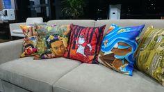 Almofadas ilustradas em exposição na Casa Santa Angela. Os móveis são da Naldi Mobili.