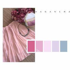 falda plisada en rosa pastel. Bolso de magdalena y collar de piedras naturales.