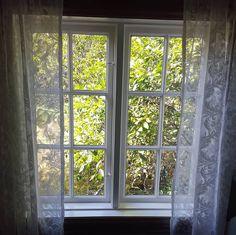 Restaurering av vinduer er noe av det vanskeligste en håndverker kan gjøre. Restaureringen består av utallige valg, og ofte blir det fristende å benytte moderne lim, kitt og tilgjengelig treverk fra nærmeste byggevare. Men vi sverger til å bruke de samme materialene som ble brukt originalt. Vi håper flere får lyst til å holde det gamle håndverket i hevd! Vi er heldige som har så mye håndverk fra 17-1900-tallet vi kan lære av. #naturligematerialer #kjernevedfuru #tettvokstgran #linolje… Windows, Ramen, Window