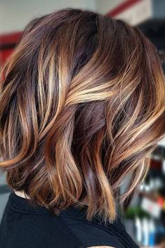 70 Fantastic Stacked Bob Haircut Ideas Wavy Lob With Sandy Highlights ❤ If you are looking for various ways to wear a stacked bob hairstyle, we have some excellent options for you to explore. A cut like this is sassy and trendy. Hair Color Balayage, Hair Highlights, Color Highlights, Bob Hair Color, Medium Brown Hair With Highlights, Brown Balayage, Bob Hairstyles For Fine Hair, Hairstyles Haircuts, Summer Hairstyles