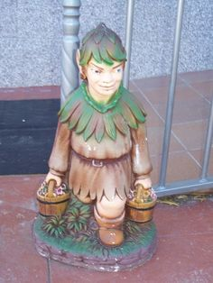 Figura duende en el jardín del Centro de Educación Infantil Hadas y Duendes