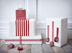 Le ruban : rapide et astucieux Photo : Ikea, Daniel S. En toute simplicité ces rubans adhésifs tranchent avec un cadeau emballé de blanc. Rapide et efficace.  En savoir plus sur http://www.cotemaison.fr/atelier-deco/diaporama/emballer-les-cadeaux-de-noel-avec-les-emballages-et-papier-cadeau-ikea_16501.html?p=8#WsUxEp5C07a8w4lA.99