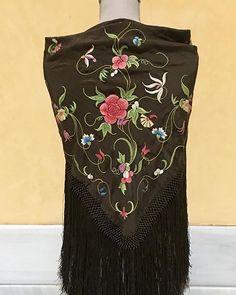 Ala de Mosca #queridosreyesmagos Bordado Popular, Gothic Fashion, Needlework, Pop Art, Textiles, Costumes, Embroidery, Clothing, Summer