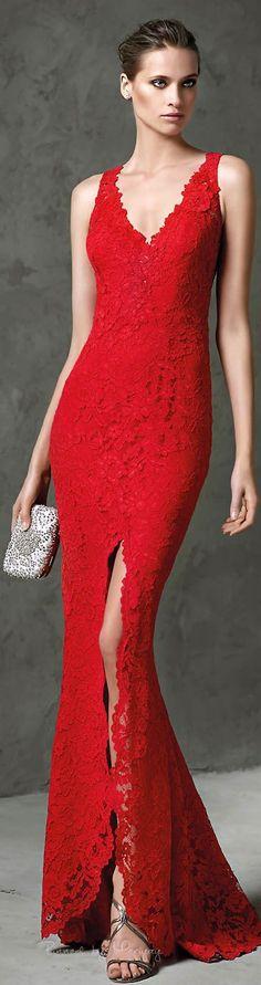 Prachtige rode kanten jurk met v- hals en sexy split aan de voorzijde.