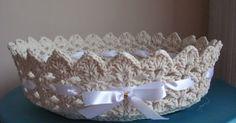 Ola amigas, boa noite.   Como já disse , amo fazer esse trabalho.   Essa cesta tem +- 26 cm de diâmetro, 12 cm de altura e na parte interio...