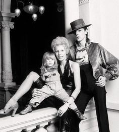 1974年、デヴィッド・ボウイと妻アンジーと当時3歳だった息子との3ショット。