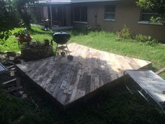 Patio Deck Out Of 25 Wooden Pallets Pallet Floors & Decks Pallet Terraces & Pallet Patios Pallet Patio Decks, Outdoor Pallet Projects, Pallet Patio Furniture, Diy Patio, Pallet Ideas, Furniture Ideas, Gravel Patio, Cement Patio, Garden Paving