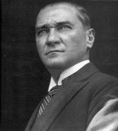 10 Novembre 1938 Il 10 novembre del 1938 moriva ad Istanbul Mustafa Kemal Atatürk. Da quel giorno alle 9:05, in tutti i centri abitati della Turchia, il 10 novembre suona una sirena e per un minuto...