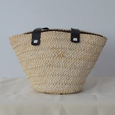 Materials:Nature Straw Dimensions: Length: 17 (43cm) Height: 11.2 (26cm) Depth:5.9 (15cm)     Great for shopping or beach or picnics or date