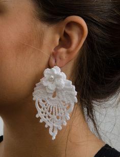 Aprenda a fazer esse lindo Brinco de Crochê com Folhas com vídeo passo a passo e receita bem detalhada. Esse brinco é o queridinho das crocheteiras. Veja >                                                                                                                                                                                 Mais Form Crochet, Crochet Motif, Knit Crochet, Crochet Patterns, Crochet Leaves, Crochet Flowers, Crochet Bracelet, Crochet Earrings, Lace Jewelry