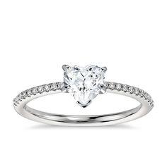 Anillo micropavé de diamantes en platino y diamante central Corazón