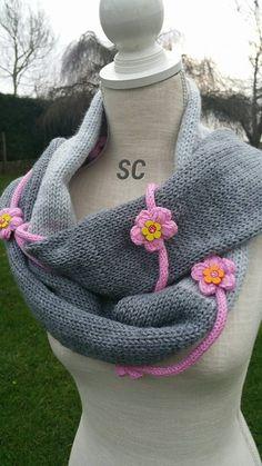 Longue écharpe réalisée au tricotin , longue de 2 mètres, fleurs gonflées ,pompons et petites poupée pour l'embellir , modèle et création : Echarpe, foulard, cravate par sandrine-campana