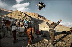 Pamir  Er Ali Bai ist beim Versuch, Hühner zu züchten, gescheitert – ein ziemlich riskantes Unternehmen auf 4200 Meter Höhe. Das letzte Huhn des Pamir diente seinem Neffen, dem Jungen Juma Boi, zur Unterhaltung (Foto von: Matthieu Paley/paleyphoto.com)