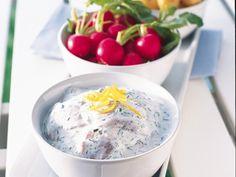 Sommarfräscht och superenkelt. Låt sillen rinna av ordentligt, gärna på hushållspapper innan den blandas med gräddfil, citron och örter.