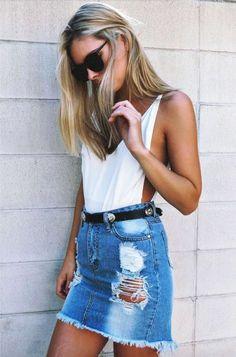 Como usar saia jeans no verão. Maiô, body cavado branco, minissaia desfiada