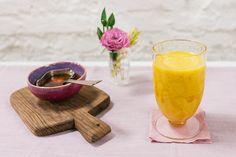 A banana congelada engrossa o suco de fruta que vira smoothie: quando batida fica com consistência mais cremosa. Você pode combinar com outras frutas e até bater com leite.