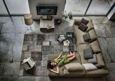 un canapé d'angle avec des coussins décoratifs dans le salon par Arketipo