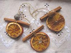 Weihnachtsbaumschmuck aus Zimtstangen und Orangen