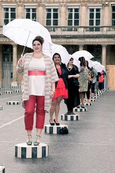 Jean Marc Philippe - mode grande taille - Le défilé au Palais Royal, sur les colonnes de Daniel Buren, avec comme invité la pluie. #defilejmp  Crédit Photo: Land Play  Maquillage: ITM
