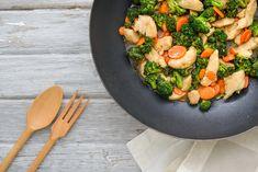 brokkolis-wokvacsora Cobb Salad, Cantaloupe, Grilling, Healthy Recipes, Fruit, Eat, Food, Drink, Health Recipes