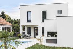Pau, Pyrénées Atlantiques, France. Design et construction by Maisons Aquitaine. #Design #piscine #cubisme #moderne #maison #aquitaine  Crédit Photo : Agence Freestyle