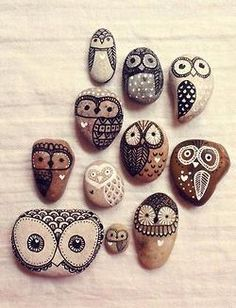 Búhos pintados en piedras