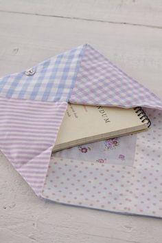 ペタンコ形のエンベロープポーチは、通帳やノートなどを入れるのにぴったり。/端切れでできる布雑貨(「はんど&はあと」2012年2月号)