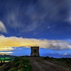 Noite estrelada ilumina o Castelo Branco, com vista para o lago de Fumas. A Ilha de São Miguel, também conhecida como Ilha Verdade, é a maior ilha dos Açores, em Portugal