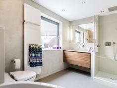Badezimmer pflanzen ~ Geräumiges badezimmer mit holzdecke weißen fliesen und