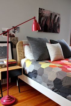 Hexagon quilt inspiration by Abigail Newbold via Design Sponge Diy Interior, Interior Design, Quilt Modernen, Decoration Inspiration, Color Inspiration, Hexagon Quilt, Geometric Quilt, Hexagon Pattern, Quilt Pattern