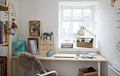 Hvitt hjemmekontor med skrivebord og kontorstol.