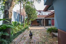 Casa Azul   Galeria da Arquitetura Lava, Estilo Tropical, Plants, Timber Deck, Red Cabinets, Lighting Design, Living Spaces, Blue Houses, Studio