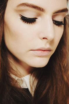 Simple make up look. Eyeliner + soft brown shadow + defined eyebrows + contour + nude pinkish lips
